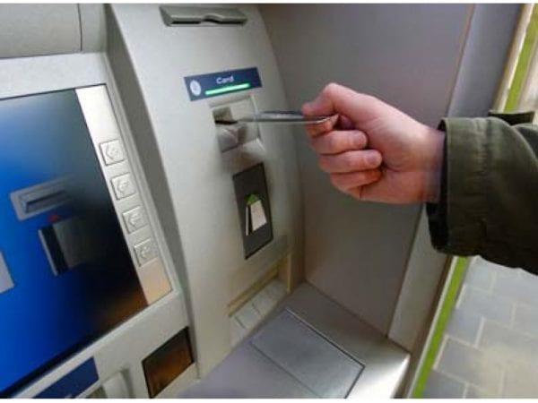 Банкоматта картаңыз тұрып қалды ма? Оны алдап, картаңызды қайтып алу мүмкін бе?