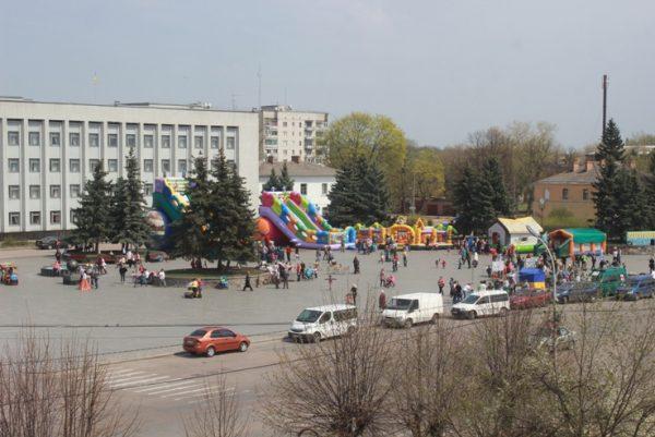 Витік газу міг спричинити вибух поряд з дитячим майданчиком, який знаходиться біля Бердичівського міськвиконкому. ФОТО